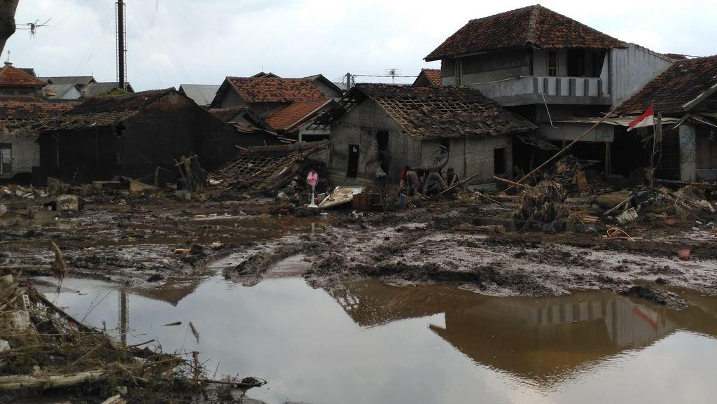 Cari Korban Hilang Banjir Garut, Tim SAR Kerahkan Drone dan Backhoe Apung