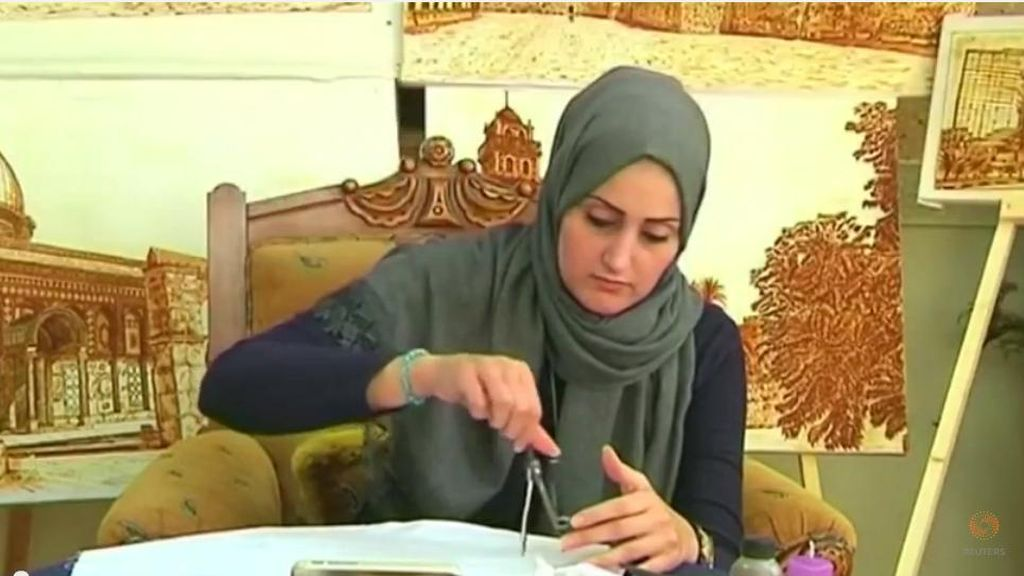 Seorang Pelukis Gaza Bikin Lukisan dari Henna