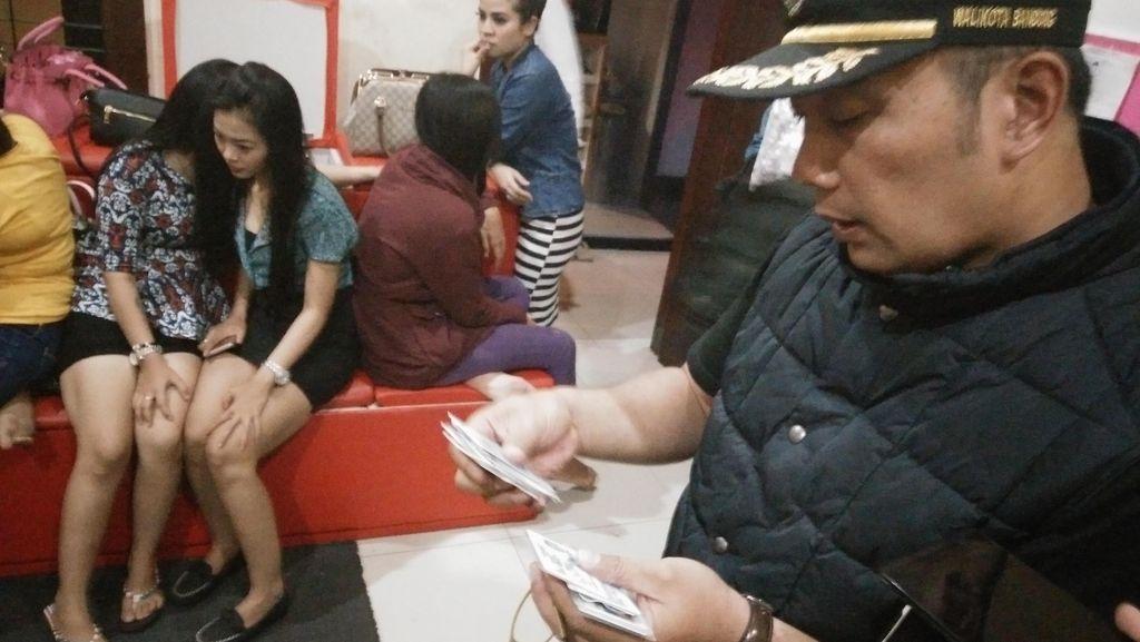 Ridwan Kamil Beri Melati Bagi Terapis yang Berhenti Kerja di Pijat Plus