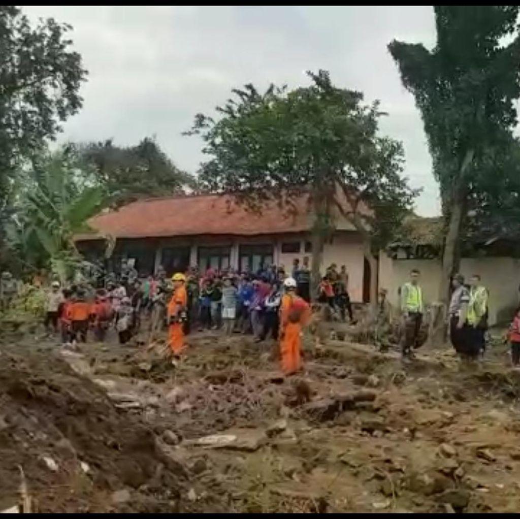Sempat Diguyur Hujan, Proses Pencarian Korban Banjir Garut Terus Dilakukan