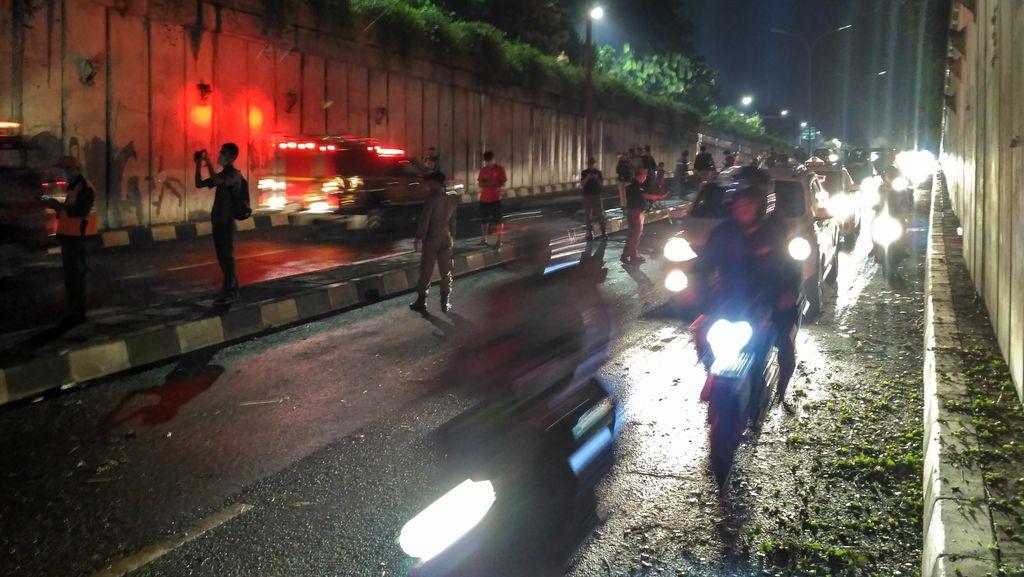 Puing Jembatan di Pasar Minggu Dibersihkan, Jalan Kembali Dibuka