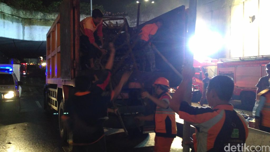 Mulai Dibersihkan, Puing JPO Diangkut ke Kantor Kecamatan Pasar Minggu