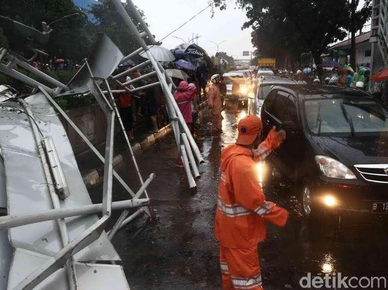 Polisi Panggil Dinas Pajak dan PU Soal Reklame di JPO Roboh Pasar Minggu