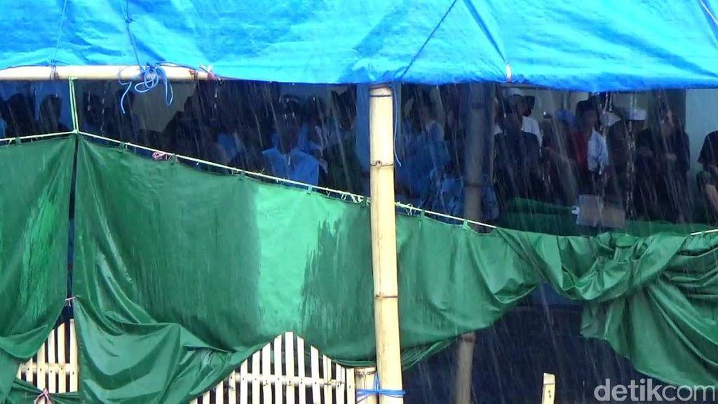 Ribuan Santri Dimas Kanjeng Masih Bertahan Tinggal di Tenda Sekitar Padepokan