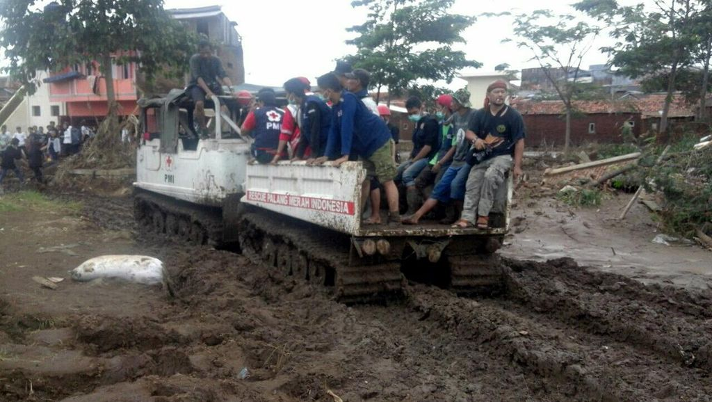Berkubang Lumpur, Begini Cerita Anggota PMI Sukabumi di Area Banjir Garut