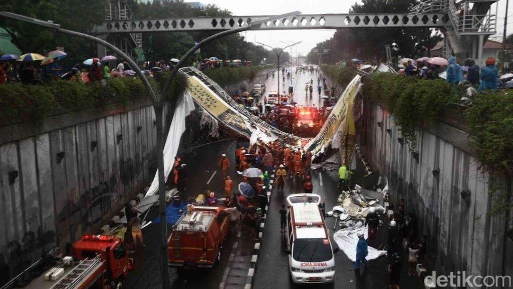 Polisi Selidiki Penyebab Ambruknya JPO di Pasar Minggu