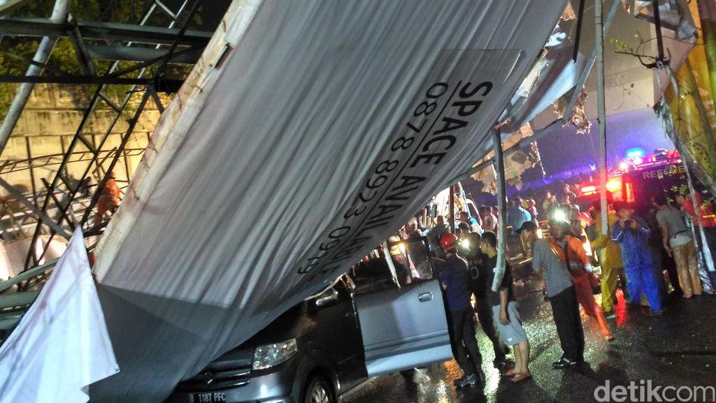 Mobil yang Tertimpa Reklame Jembatan Pasar Minggu Berhasil Dievakuasi