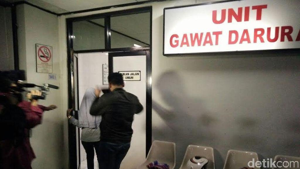 Perempuan ini Menangis di RS Siaga Usai Melihat Jenazah Korban JPO Pasar Minggu