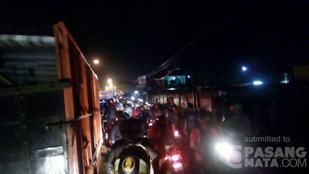 Banjir Setinggi Lutut di Joglo Jakbar, Arus Lalin Macet Parah