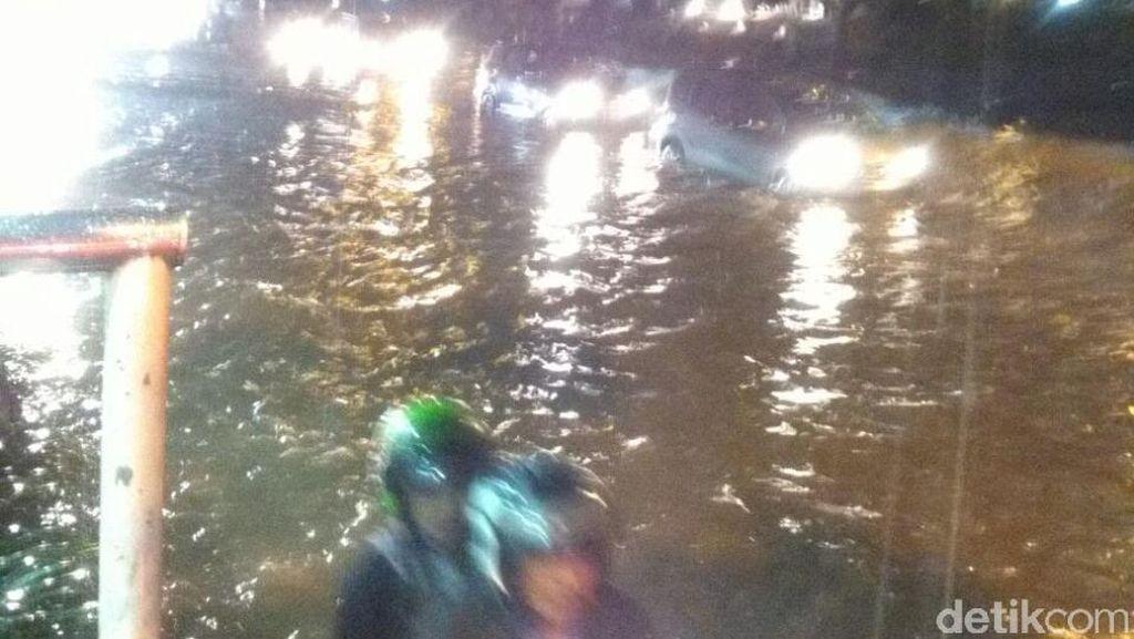 Banjir 40 Cm di Cawang Arah Bekasi, Kendaraan Banyak yang Mogok