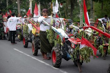 Meriahnya Parade Traktor di Lombok Tengah