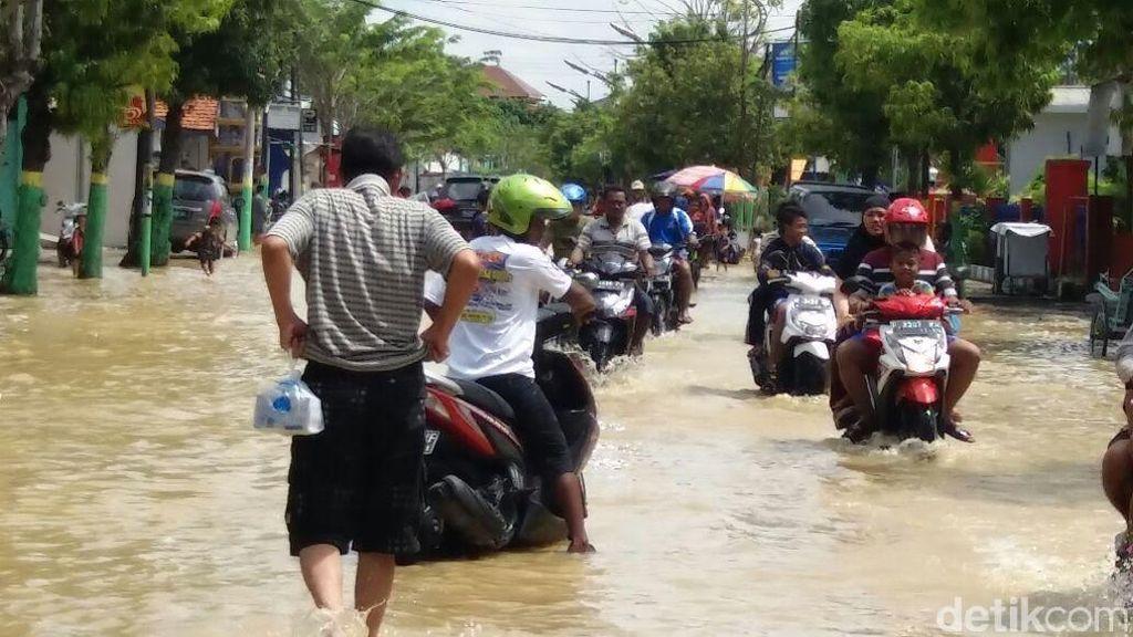 Banjir di Sampang Meluas, Wagub Jatim Tinjau Banjir di Lima Desa
