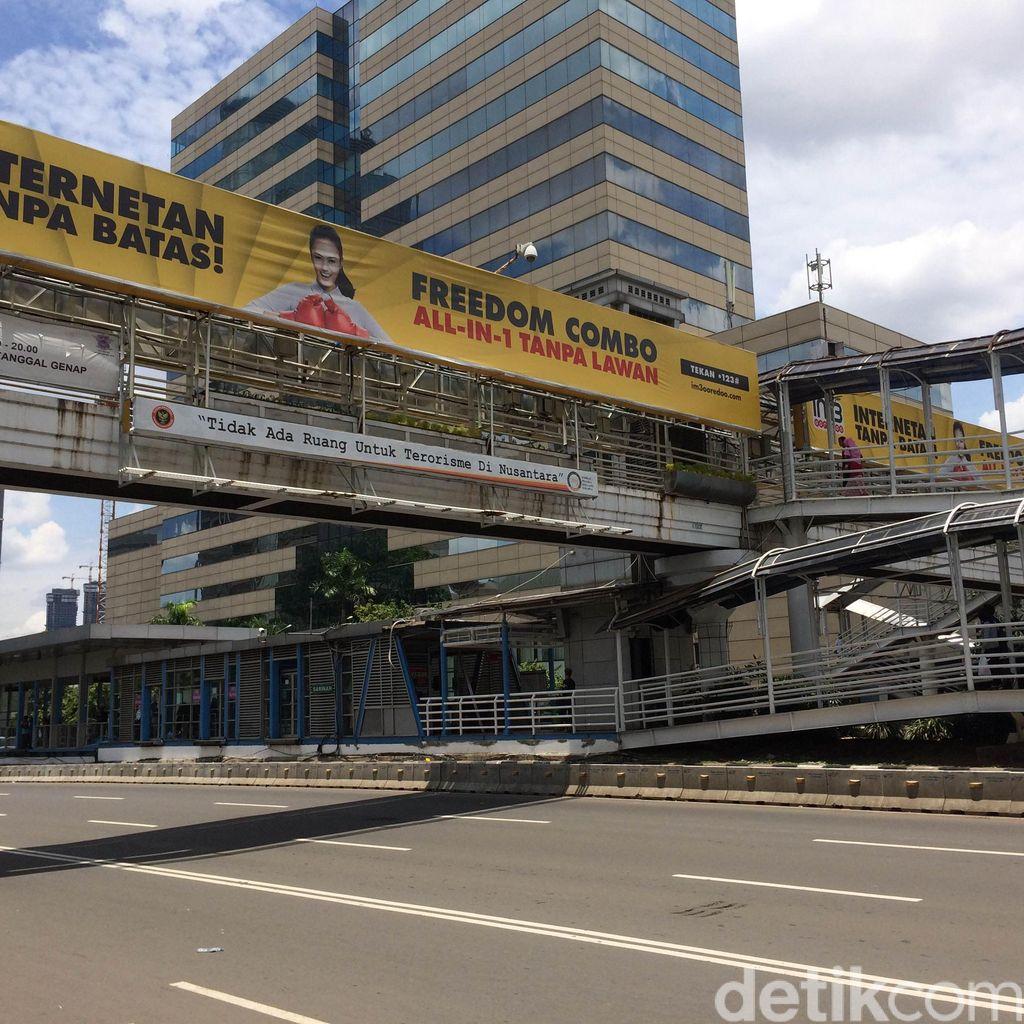 Papan Reklame Penuhi JPO Sarinah di jalan Thamrin