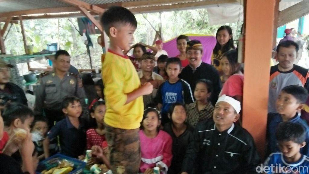 Asuh Anak di Pengungsian, Kang Dedi Buat Lomba Nyanyi Dadakan