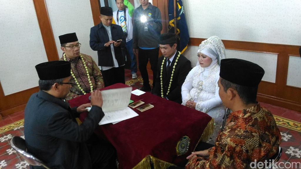 Ridwan Kamil Jadi Saksi Nikah Massal di HUT Kota Bandung