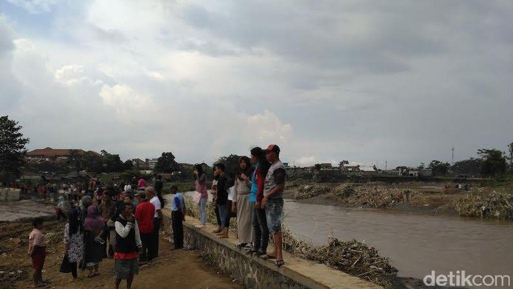 Terlalu! Bukan Membantu, Banyak Orang Malah Berselfie di Lokasi Banjir Garut