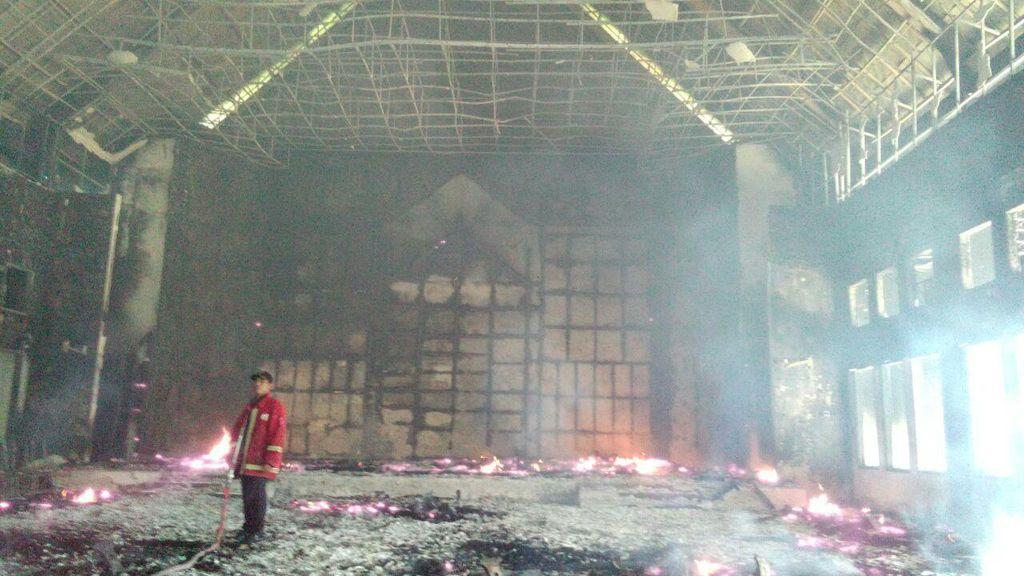Kantor DPRD Gowa Terbakar saat Massa Kontra Perda Lembaga Adat Berunjuk Rasa