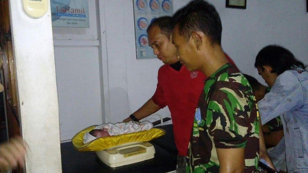 Anggota TNI Tolong Ibu Melahirkan di Pasar Ciputat