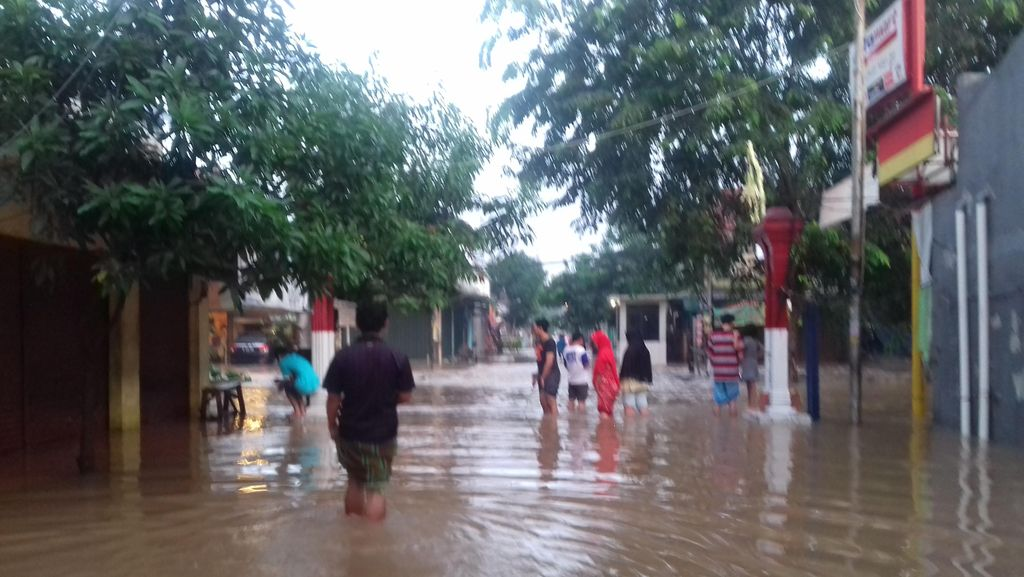 Meski Hujan Reda, Banjir Masih Menggenangi Perumahan di Bekasi Timur Ini