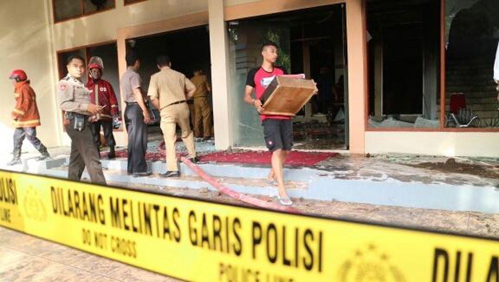 Pendemo Pembakar Kantor DPRD Gowa Terekam CCTV, Jumlahnya Belasan Orang