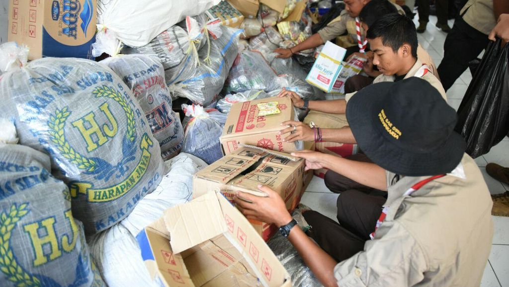 PNS dan Pelajar Purwakarta Kirim Paket Alat Tulis ke Korban Banjir Garut