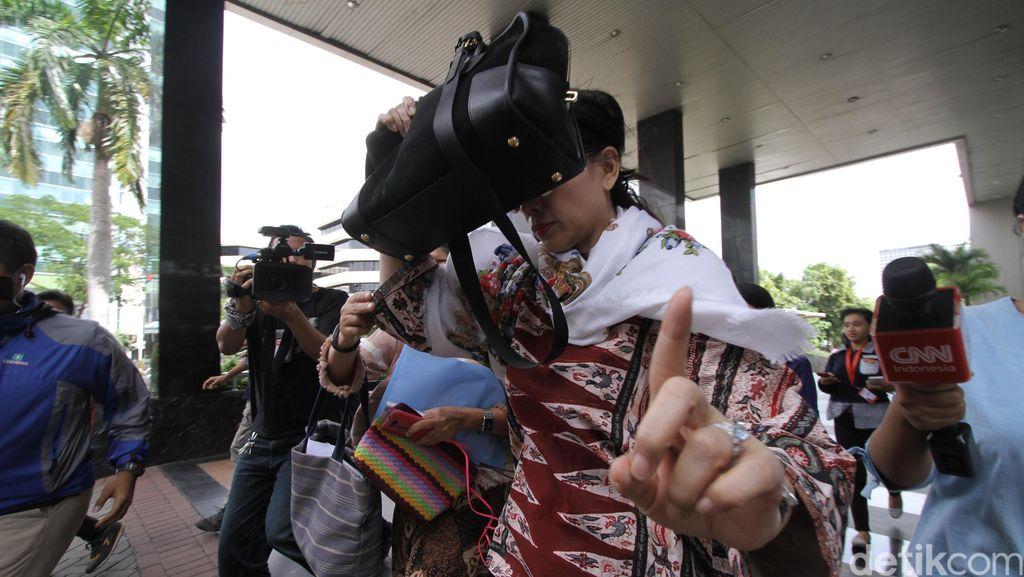 Jenguk Suaminya di KPK, Istri Irman Gusman Tutupi Wajah Pakai Tas