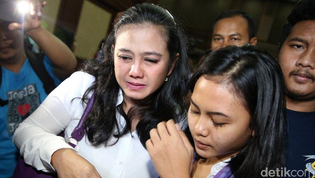 Divonis 4,5 Tahun Penjara, Damayanti Menangis