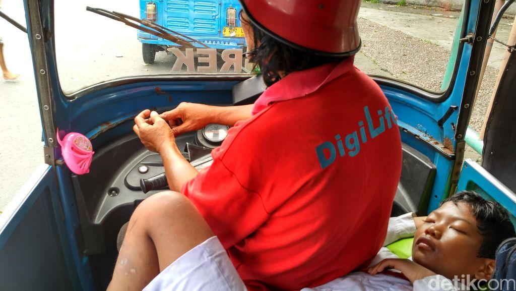 Kisah Bocah Amat, 11 Tahun Tinggal Bersama Sang Ayah di Atas Bajaj