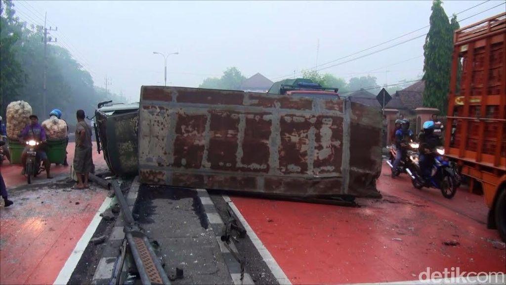 Truk Militer Kecelakaan Beruntun di Mojokerto, 9 Perajurit Luka, Satu Pekerja Tewas