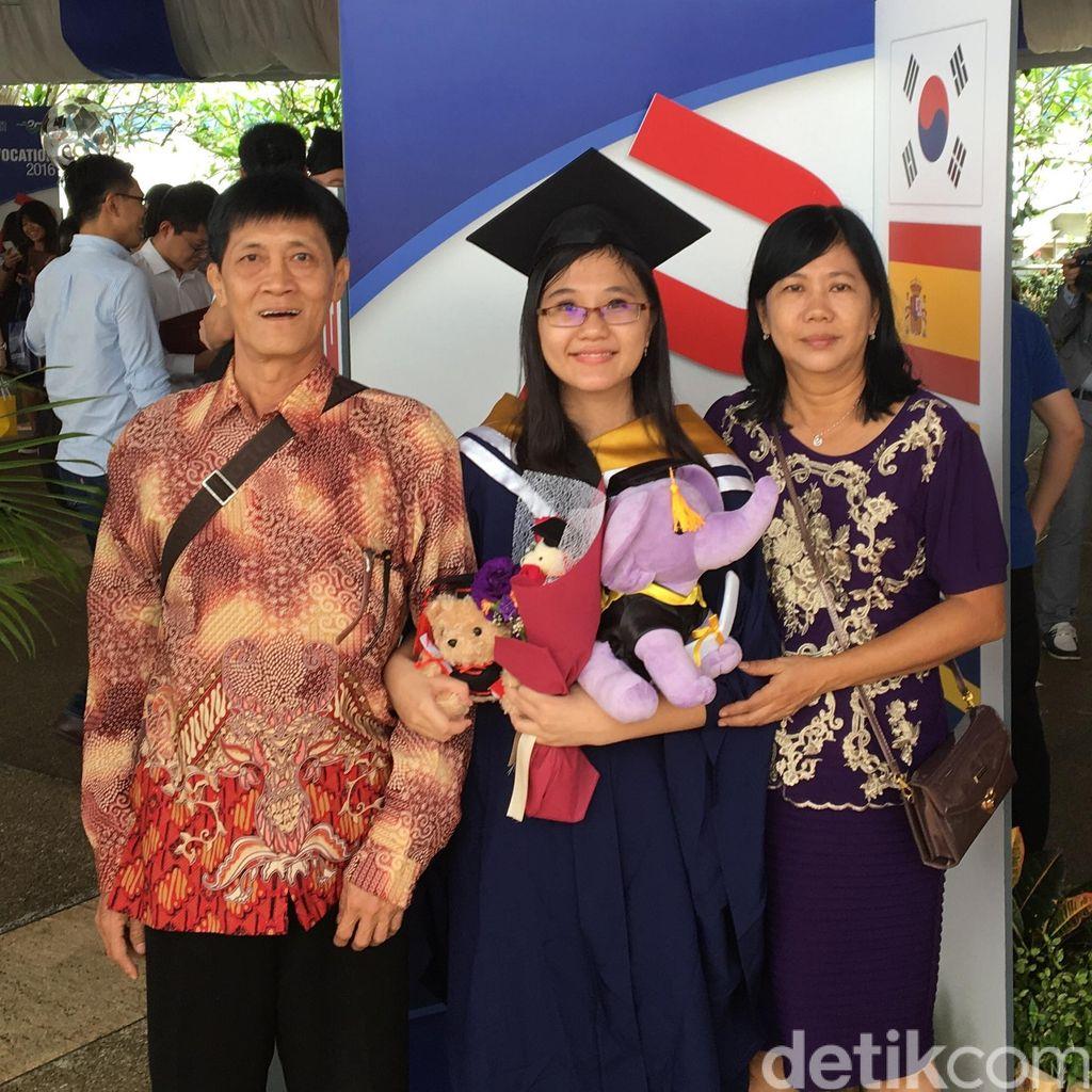 Kuliah di NTU, Dewi Suryana Bertahan dengan Lauk SGD 1 Per Hari di Kantin