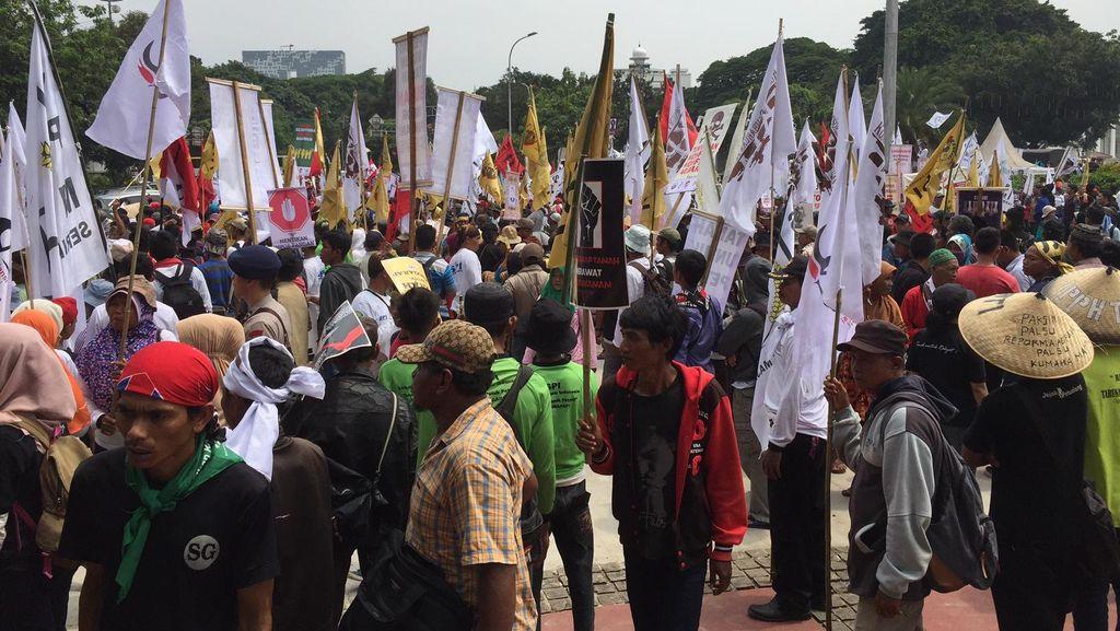 Massa Petani Demo di Depan Istana Merdeka, Lalin Tersendat