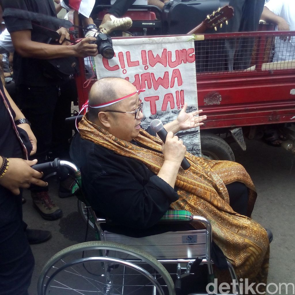 Berkursi Roda Jaya Suprana Datang ke Bukit Duri: Selesaikan Dulu Proses Hukum