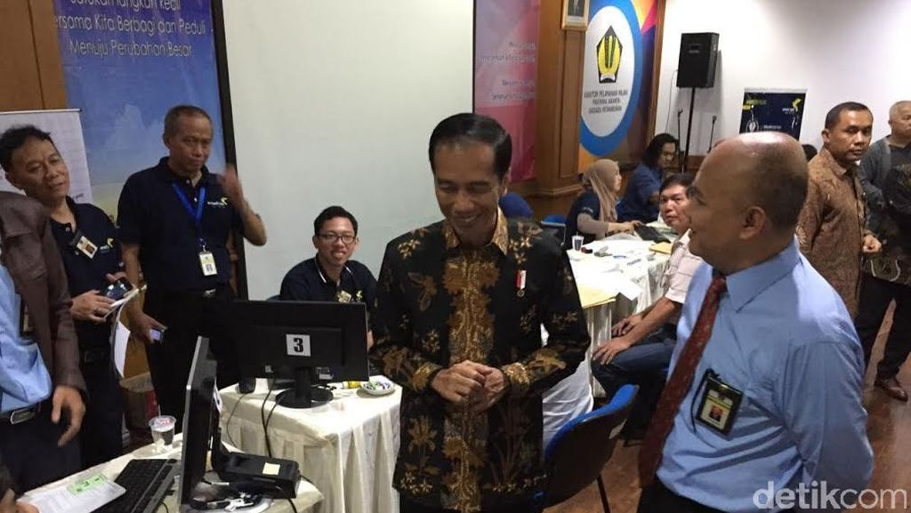 Presiden Jokowi Bareng Sri Mulyani Sidak Layanan Tax Amnesty di Kantor Pajak Jakbar