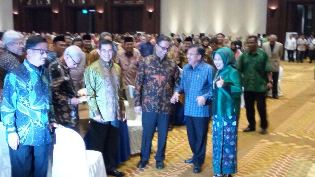 Momen JK Ajak Anies Baswedan dan Sylviana Murni Foto Bersama