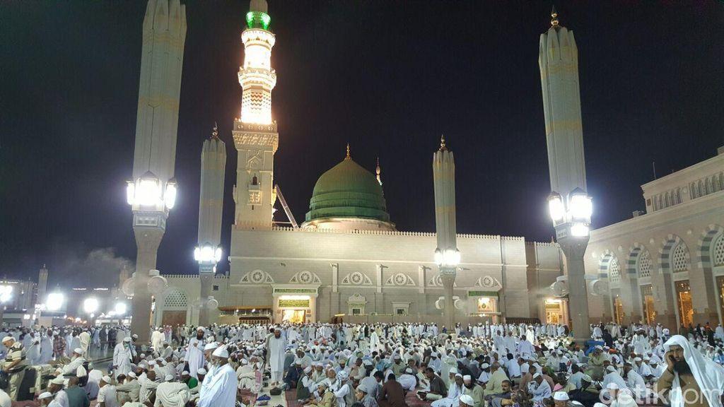 Jemaah Indonesia Khusyuk Memanjatkan Doa di Raudhah