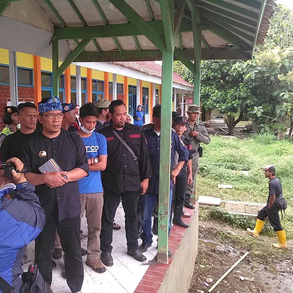 Ridwan Kamil Serahkan Uang Hasil Penggalangan Dana ke Korban Banjir Garut