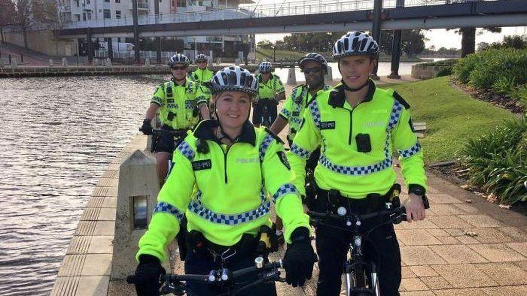 Polisi Bersepeda di Perth Populer Diajak Selfie