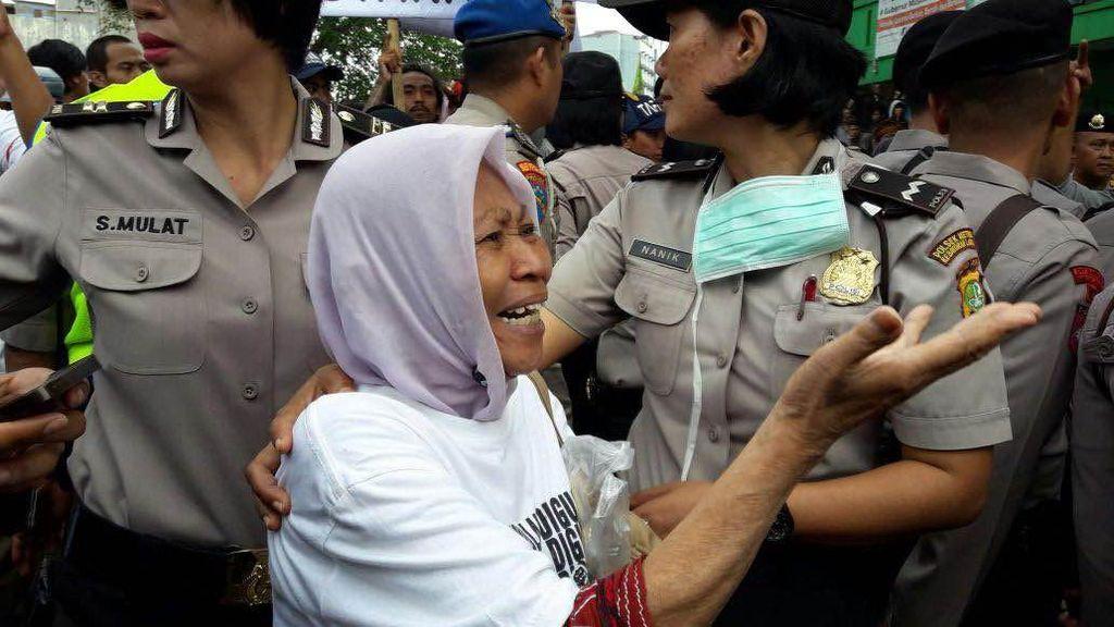 Ibu-ibu Nangis Tersedu-sedu Ketika Bukit Duri Diratakan dengan Tanah