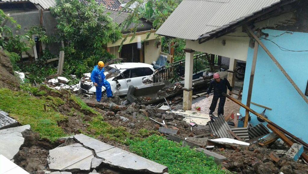 Talud di Belakang Sekolah Longsor, Puluhan Murid TK di Semarang Dievakuasi SAR