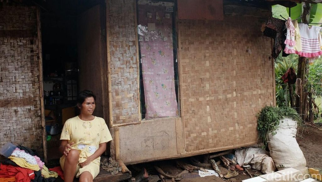 Tinggal di Gubuk Reyot, Hujan Angin Jadi Teror Bagi Warga Cadas Gantung