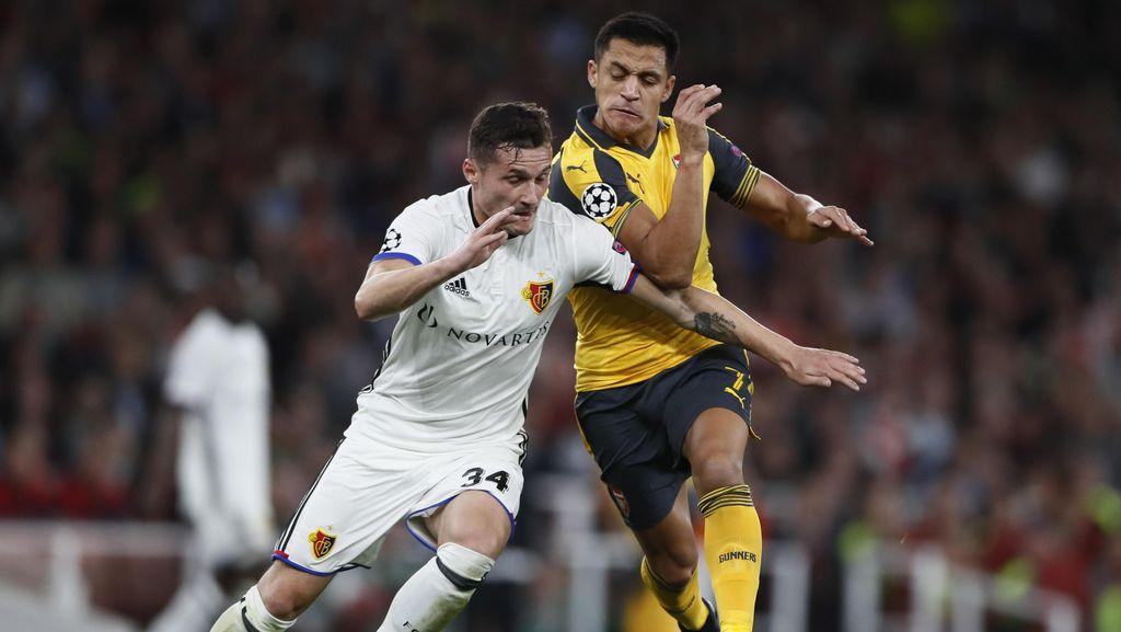 Kenapa Arsenal Pakai Jersey Tandang Saat Menjamu Basel?