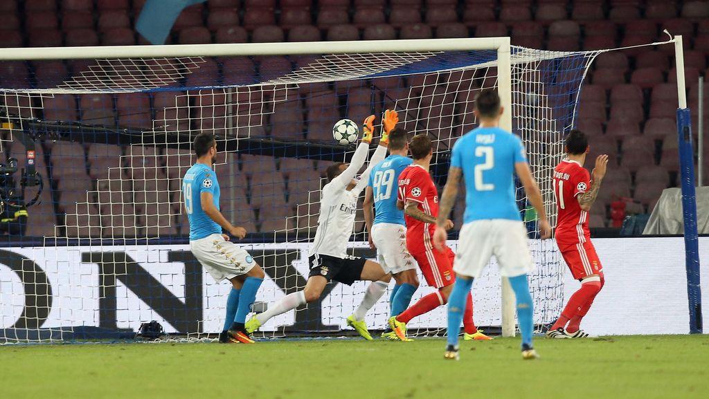 Napoli Benamkan Benfica 4-2