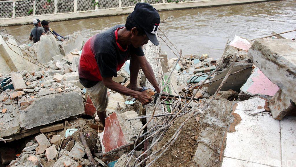 Mengais Rezeki di Reruntuhan Bukit Duri