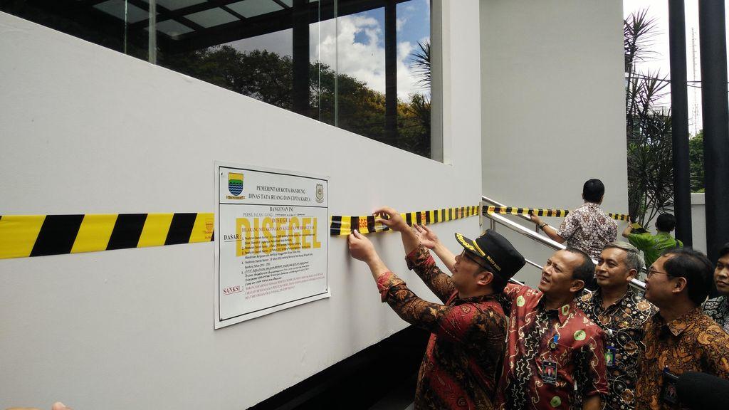Segel Bangunan 4 Lantai di Jalan Sangkuriang, Ridwan Kamil: Melanggar Kami Sikat
