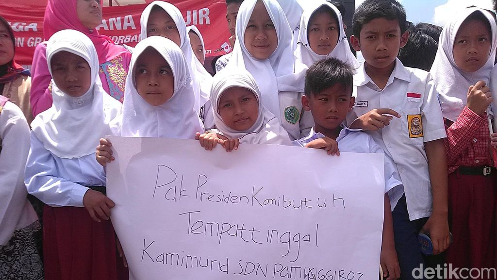 Suara Siswa-siswi SD Korban Banjir Bandang Garut saat Dikunjungi Jokowi