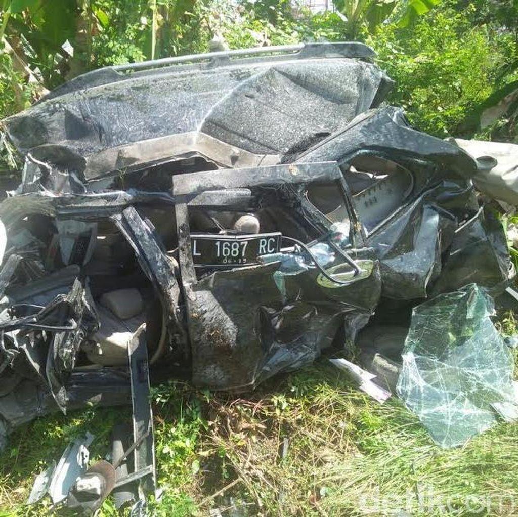 Lima Ambulance Jemput Korban Tewas Kecelakaan Kereta di Lamongan