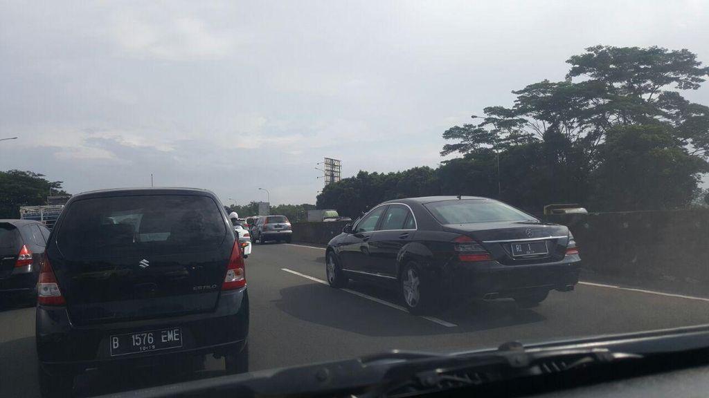 Tanpa Sirine Meraung, RI 1 Jokowi Melintas di Tengah Kemacetan di Tol Cibubur