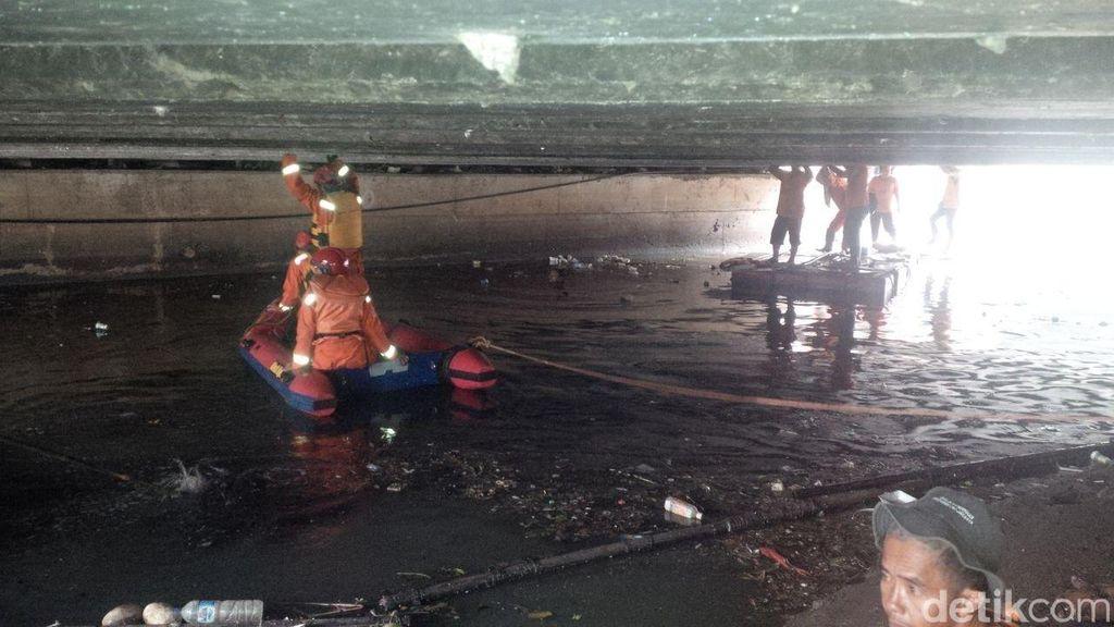 Petugas Pembersih Sungai Terpeleset dan Jatuh ke Sodetan Kali di Jakbar