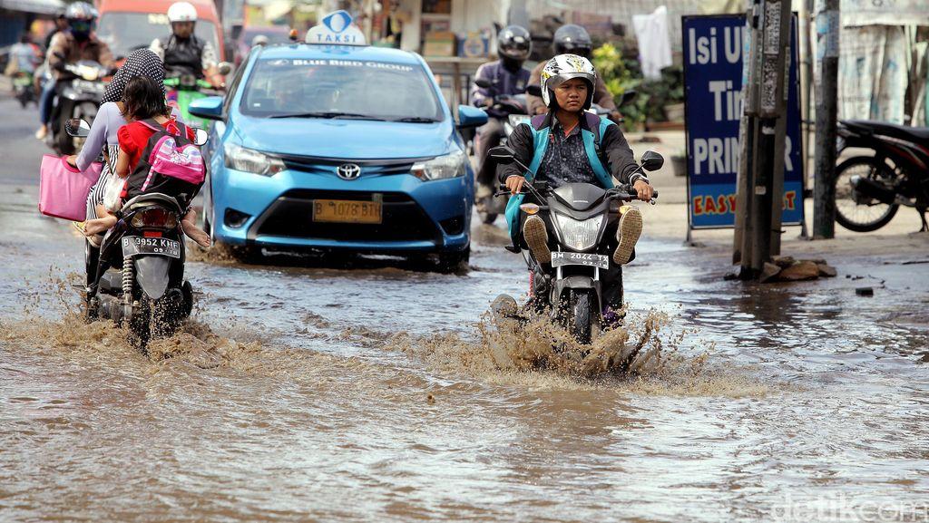 Banjir Rendam Jalan Jatibening Kincan Bekasi