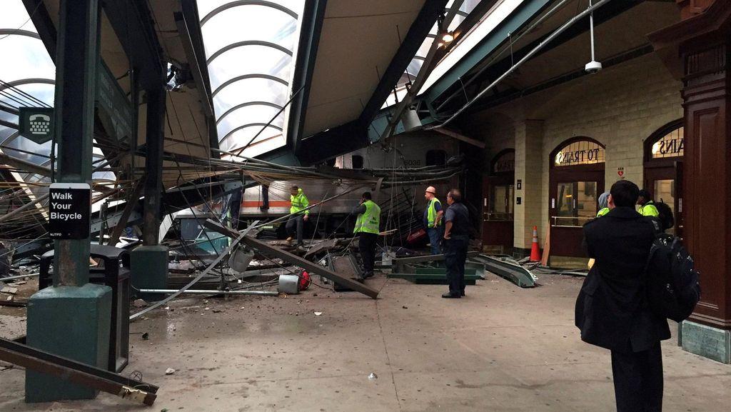 Begini Mengerikannya Situasi Usai Kereta Tabrak Stasiun di AS